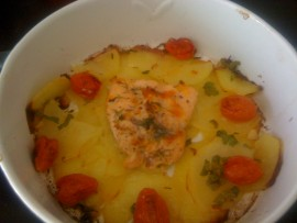 Salmone al forno con patate e datterini confit