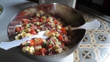 Panzanella croccante con cubotti di tonno fresco