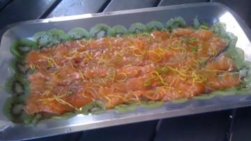 Carpaccio di salmone marinato con kiwi e lime